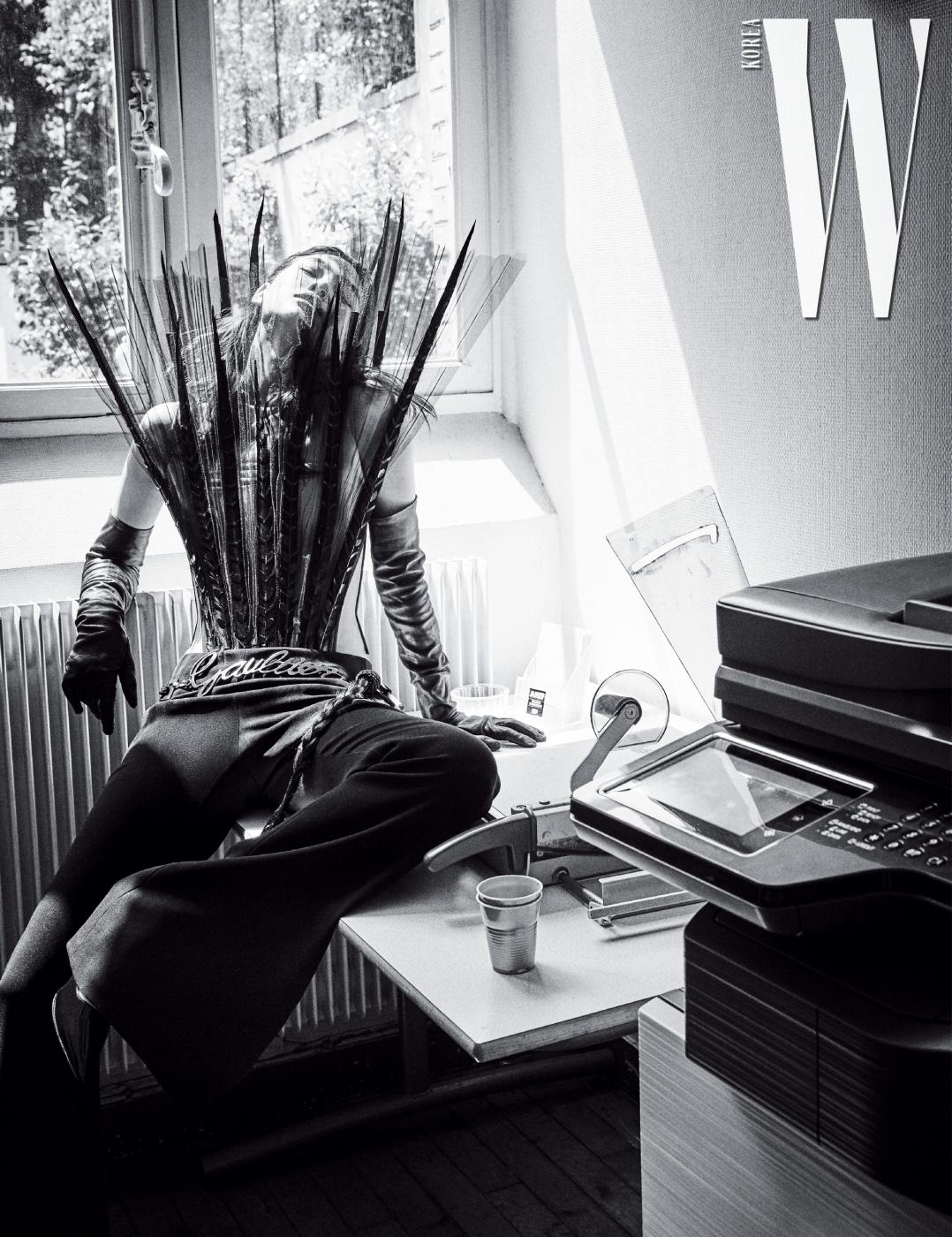 깃털 장식 뷔스티에, 팬츠, 벨트, 장갑, 슈즈는 모두 Jean Paul Gaultier 제품.