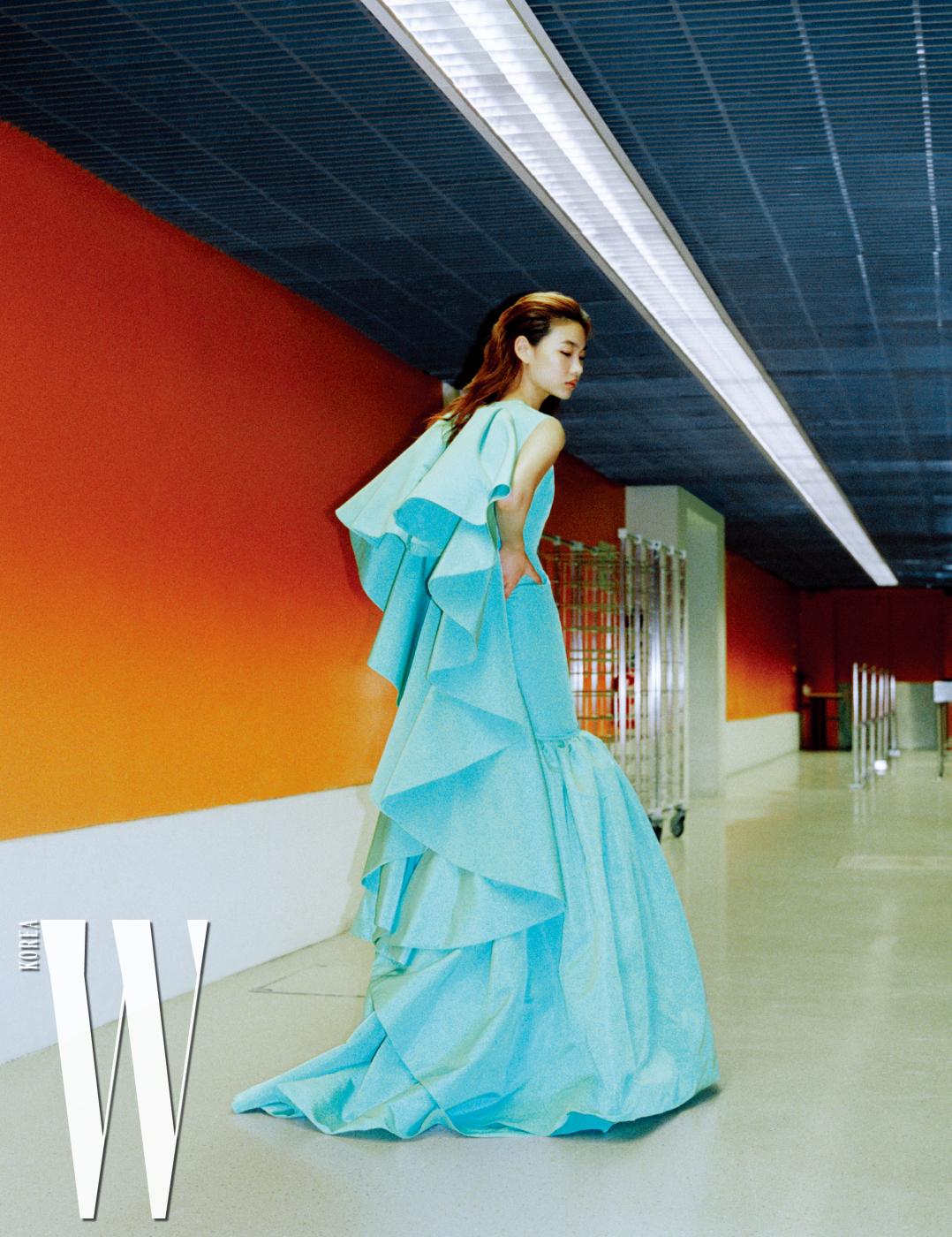 로맨틱한 머메이드 실루엣 드레스는 Giambattista Valli HauteCouture 제품.