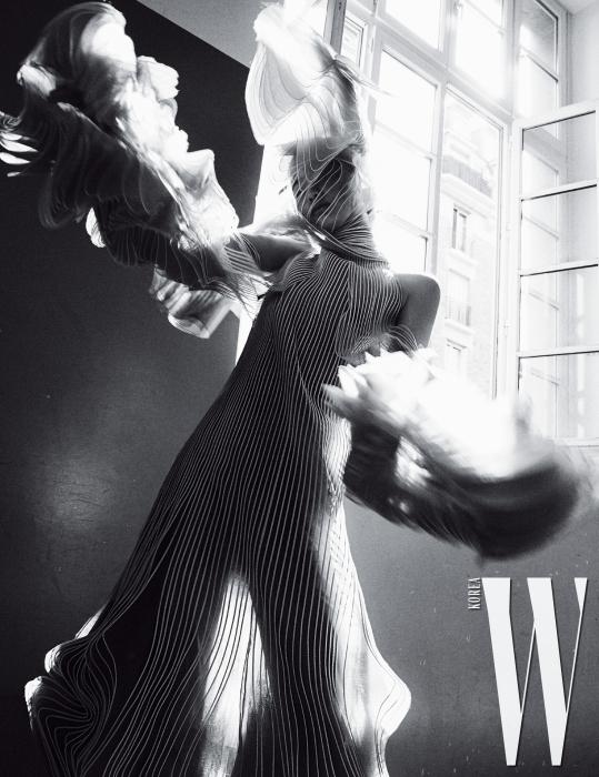 물결 같은 곡선적인 실루엣의 시스루 드레스, 헤드피스는 Iris Van Harpen 제품.