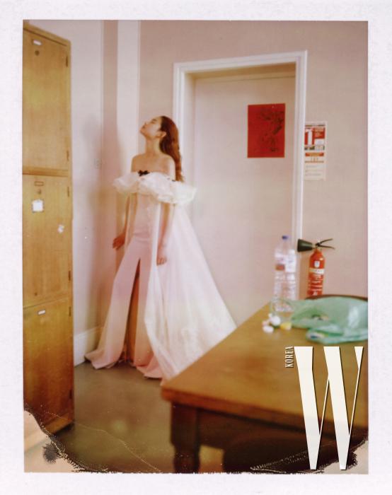 여성스러운 가슴 러플 장식 핑크 드레스는 Alexis Mabille 제품.