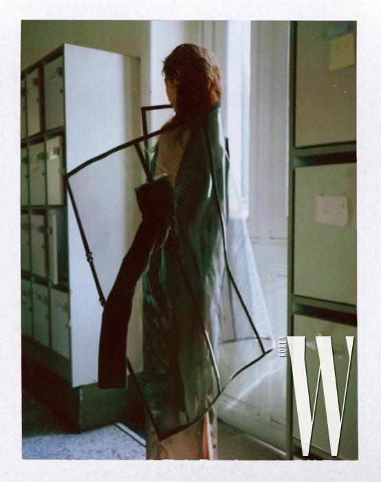구조적인 투명 코트, 드레스는 Jean Paul Gaultier 제품.
