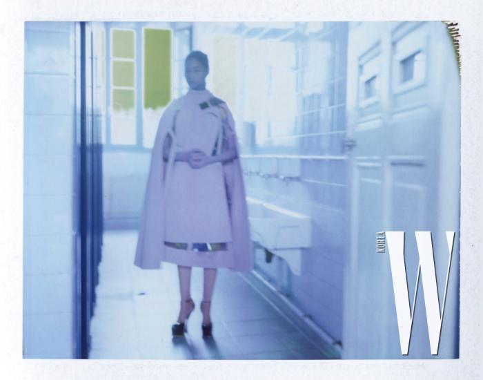 연보랏빛케이프, 투명한비닐드레스, 슬립드레스, 장갑, 슈즈, 파란헤드스카프는 모두Maison Margiela ArtisanalCollection 제품.