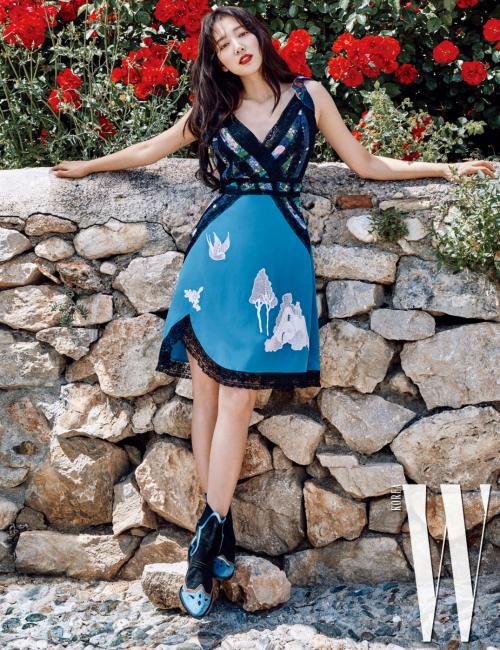 슬립 형태의 푸른색 드레스, 웨스턴 무드의 앵클부츠는Coach 제품.