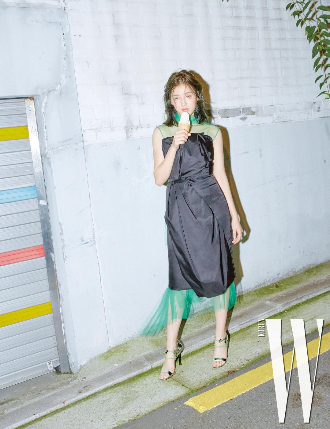 낸시가 입은 나일론 소재 톱과 스커트, 안에 입은 녹색 망사 원피스, 스포티한 디자인의 힐은 모두 프라다 제품.