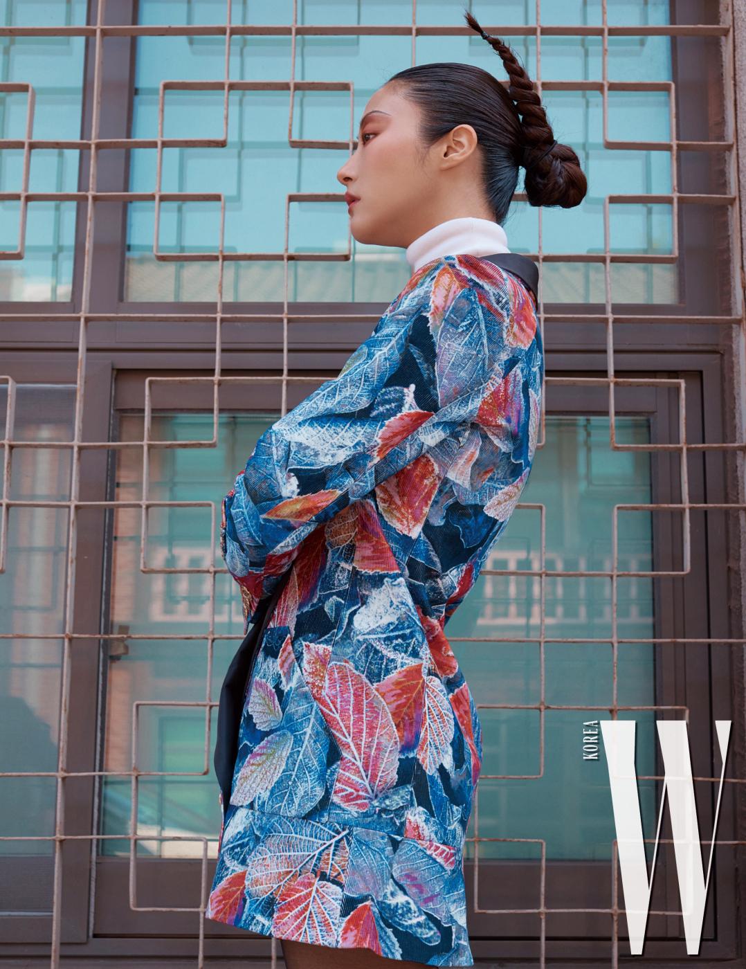 가을의 색을 입은 나뭇잎 프린트가 인상적인 재킷, 터틀넥 톱은 Chanel 제품 .