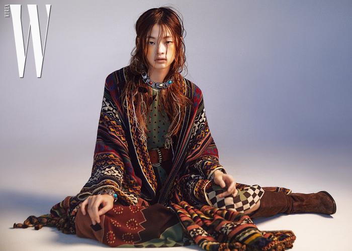 니트 소재 케이프 코트, 민트색 프린트 드레스, 가죽 벨트, 컬러 원석 목걸이와 뱅글, 부츠는 모두 Etro 제품 .