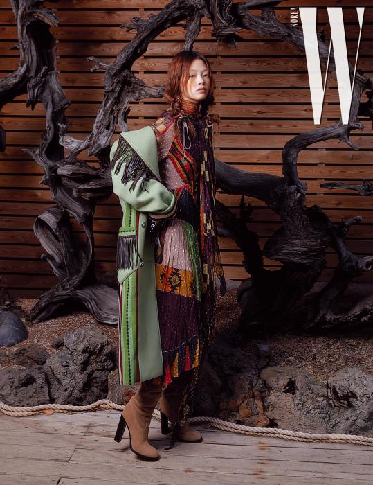가죽 프린지 코트, 긴 스카프를 감아 연출한 하이넥 칼라 드레스, 가죽 부츠는 모두 Etro 제품 .