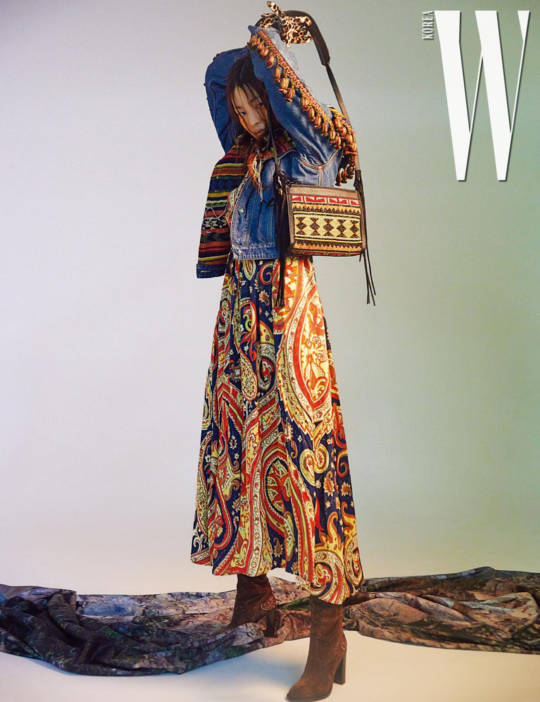 태슬 장식 데님 재킷, 페이즐리 프린트 드레스, 비즈 장식 크로스백, 부츠는 모두 Etro 제품.