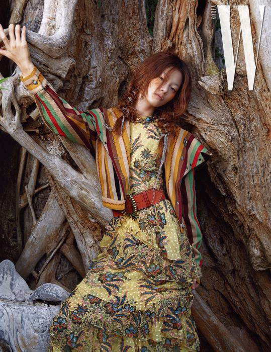 줄무늬 재킷, 이국적인 프린트 드레스, 폭 넓은 벨트, 목걸이는 모두 Etro 제품.