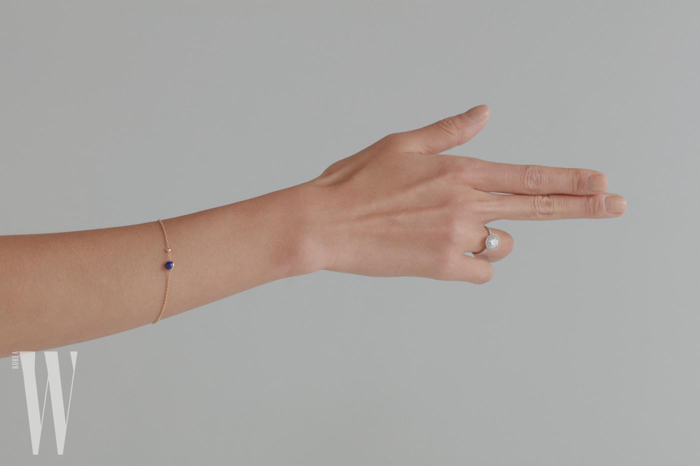 핑크 골드 체인에 0.05캐럿의 브릴리언트 컷 다이아몬드와 0.99캐럿의 라피스라줄리 비드가 조화를 이룬 포제션 체인 브레이슬릿은 Piaget 제품. 2.43캐럿 다이아몬드 주위로 브릴리언트 컷 다이아몬드 49개가 촘촘하게 세팅된 솔리테어 링은 Piaget 제품.