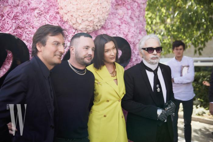 킴 존스의 디올 맨 데뷔쇼를 축하하는 디올 CEO 피에트로 베카리, 모델 벨라 하디드와 디자이너 칼 라거펠트.