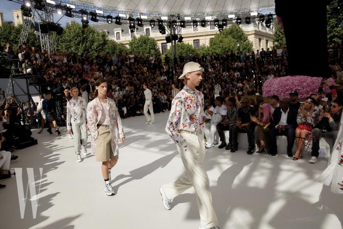 디자이너 킴 존스의 디올맨 데뷔 쇼인 Dior Summer 2019 시즌 피날레. 이 명민한 디자이너는 무슈 디올이 사랑한 자연과 플라워 우먼에 찬사를 보내며, 이번 쇼를 위해 무슈 디올의 도자기에 장식되었던 꽃을 모던하게 재해석했다.