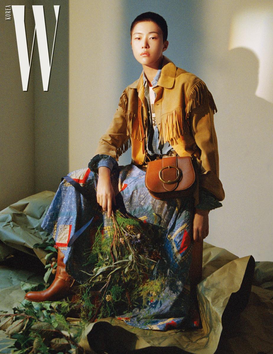 스웨이드소재프린지장식재킷, 프릴장식셔츠, 티셔츠, 패치워크롱스커트, 벨트, 부츠, 커다란버클장식이특징인 레녹스백은모두PoloRalph Lauren 제품.