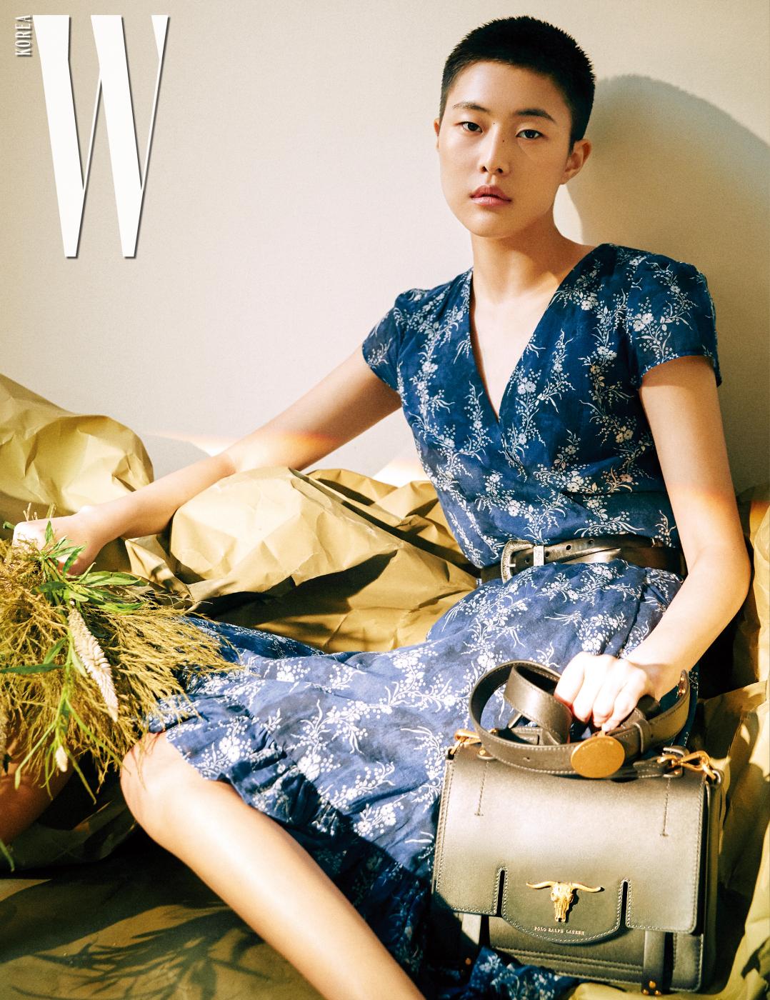 꽃무늬 랩 드레스, 벨트, 클래식한 가방은 모두 PoloRalph Lauren 제품.