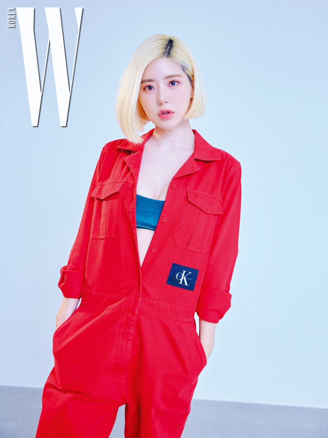 빨강 오버올은 캘빈클라인 진스, 안에 입은 벨벳 브라톱은 H&M 제품.