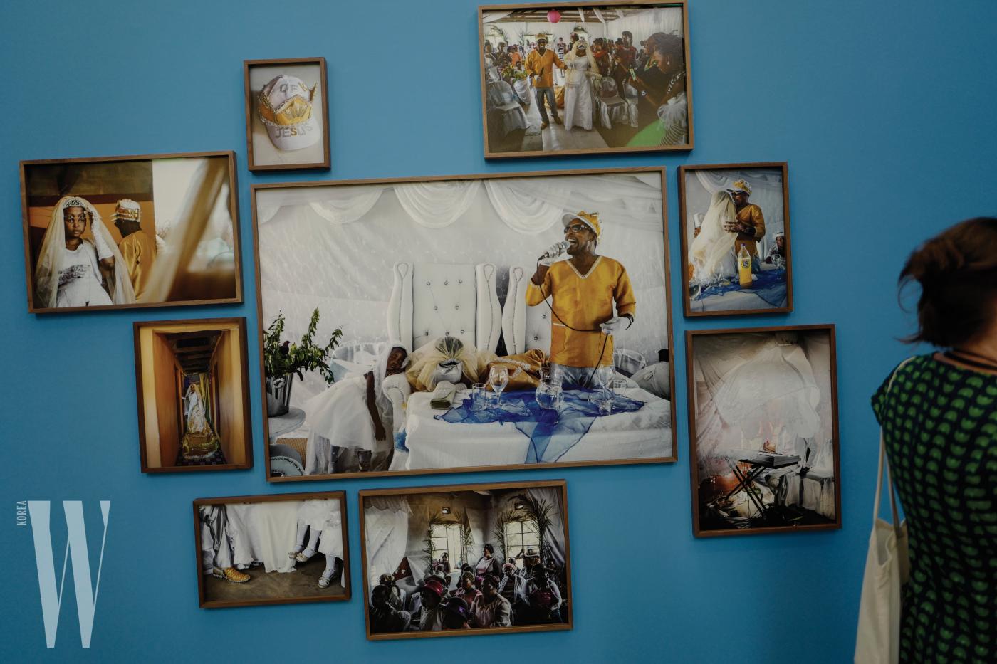 . 네덜란드 출신의 사진가 요나스 벤딕선이 선보인 종교를 주제로 7명의 교주를 찍은 작업 .