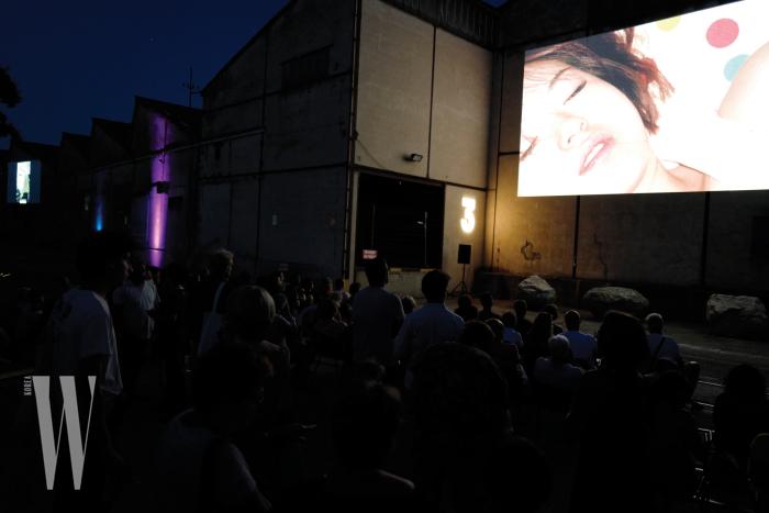 '올해의 밤' 섹션에 초대를 받아 야외 스크린 형태로 사진 전시를 선보인 레스의 작업 'Moonlight Sleepers'