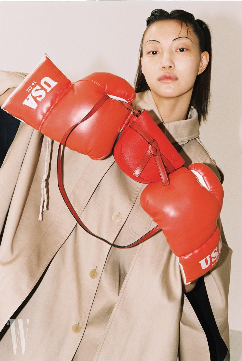 트렌치코트를 변형한 케이프는 로에베 제품. 가격 미정. 매듭 장식이 특징인 게이트 백의 사이즈는 16cm×12cm×7cm, 무게는 200g. 로에베 제품. 1백만원대.