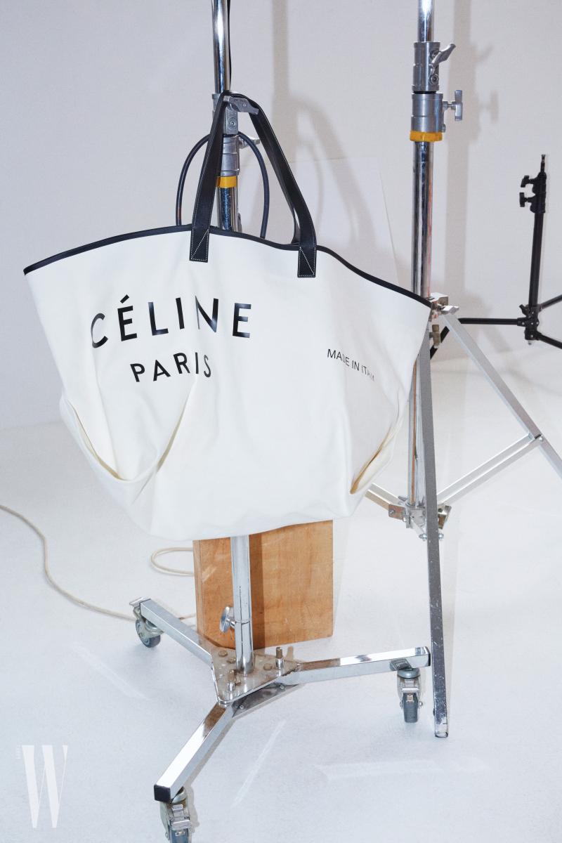 캔버스 천 소재의 큼직한 토트백의 사이즈는 82cm×38cm×36cm, 무게는 900g.  셀린 제품. 2백만원대.