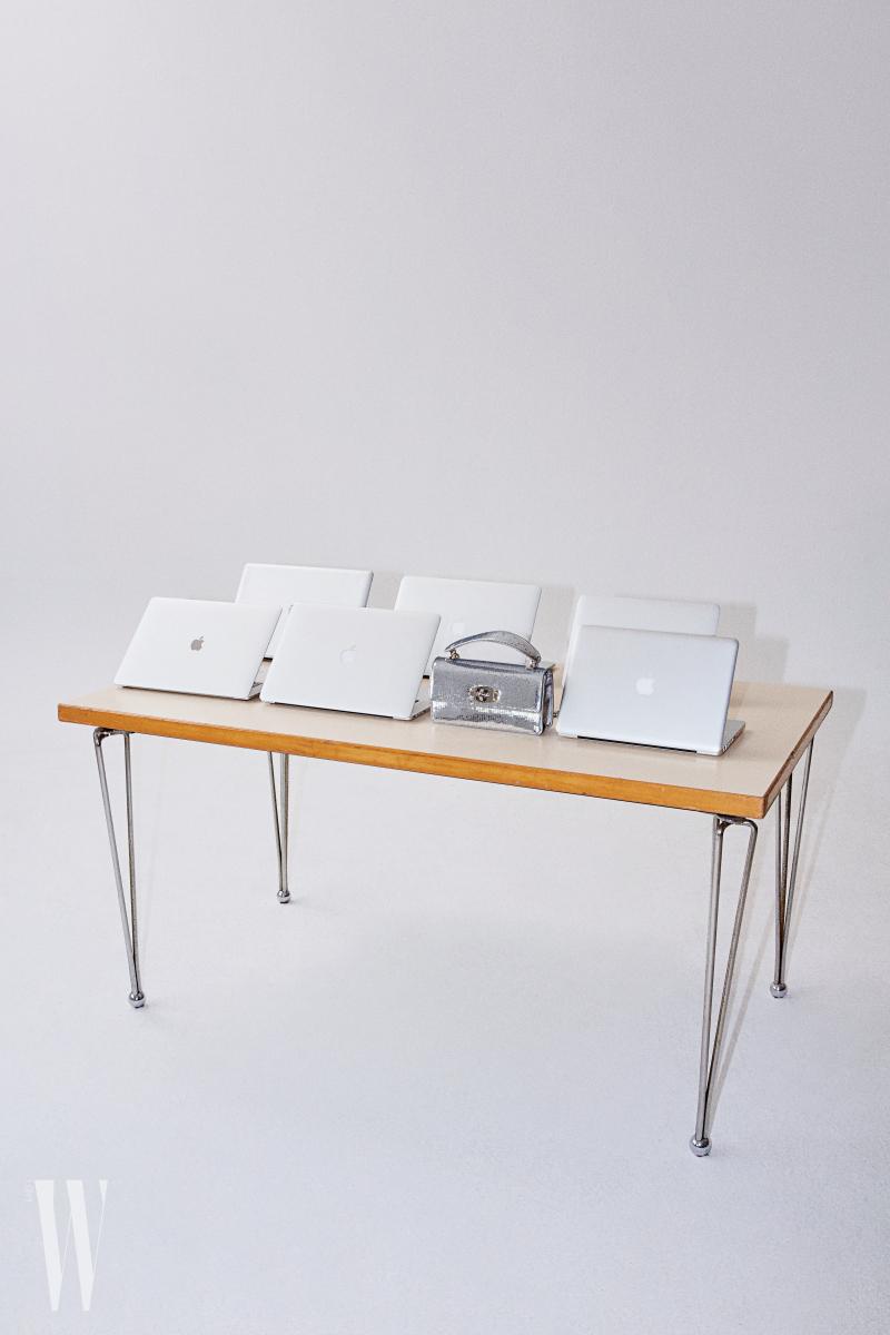 스팽글 장식의 은색 토트 겸 숄더백의 사이즈는 24cm×13cm×6.5cm, 무게는 620g. 미우미우 제품. 2백20만원대.