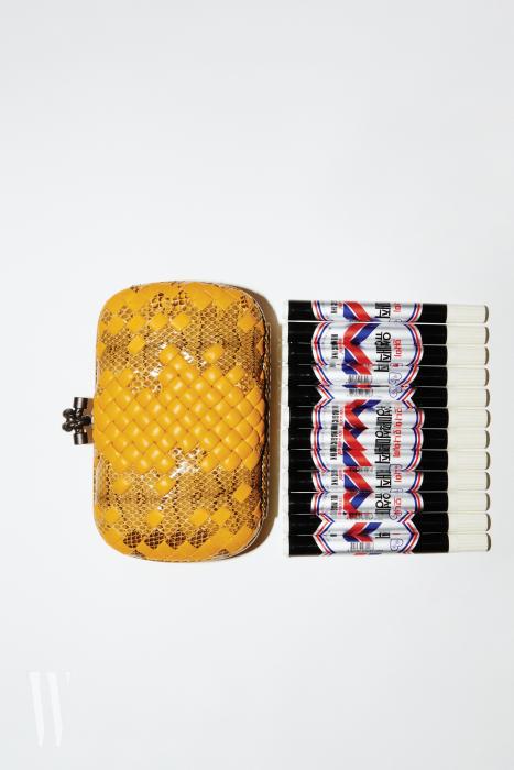 노란색 위빙 가죽 놋 백의 사이즈는 20cm×12cm×7cm, 무게는 540g. 보테가 베네타 제품. 3백27만원.