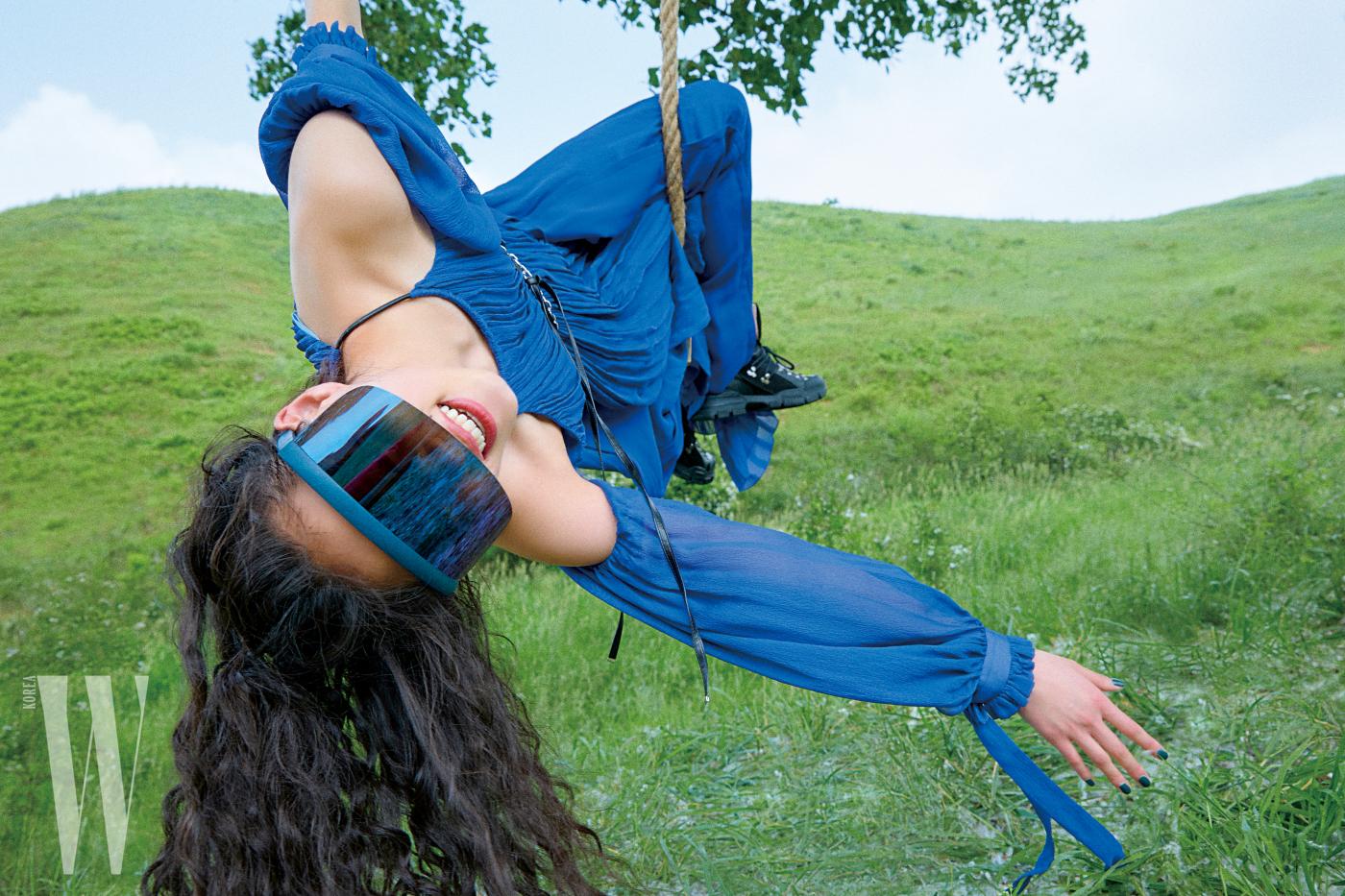 선캡 형태의 선글라스는 마이키타 ×버나드 윌헴 by 지오아이. 64만원대. 어깨가 커팅된 푸른색 드레스는 루이 비통 제품. 1천45만원. 신발은 구찌 제품. 1백48만원.