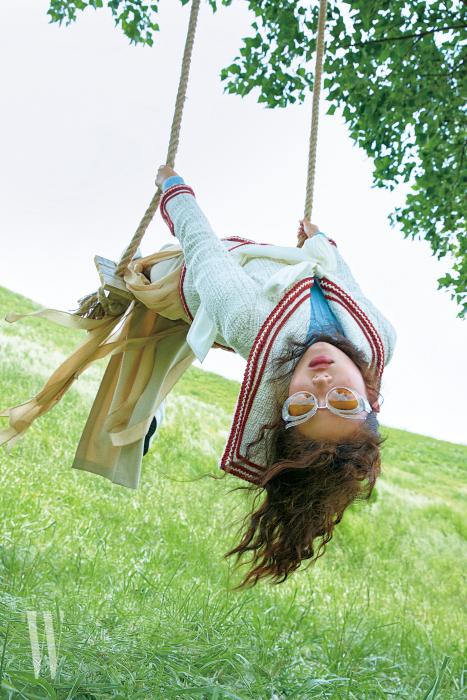 크리스털 장식 선글라스는 미우미우 by 룩소티카 제품. 40만원대. 세일러 칼라 재킷은 샤넬 제품. 가격 미정. 하늘색 터틀넥은 루이 비통 제품. 96만원. 드레스는 막스마라 제품.가격 미정.