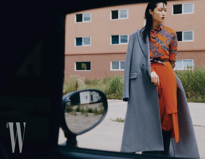 매니시한 회색 코트는 스텔라 매카트니 제품. 옵아트 프린트 셔츠, 셔츠 카디건, 팬츠는 에르메스 제품. 주얼 장식 벨트는 에트로 제품. 부츠는 샤넬 제품. 모두 가격 미정.