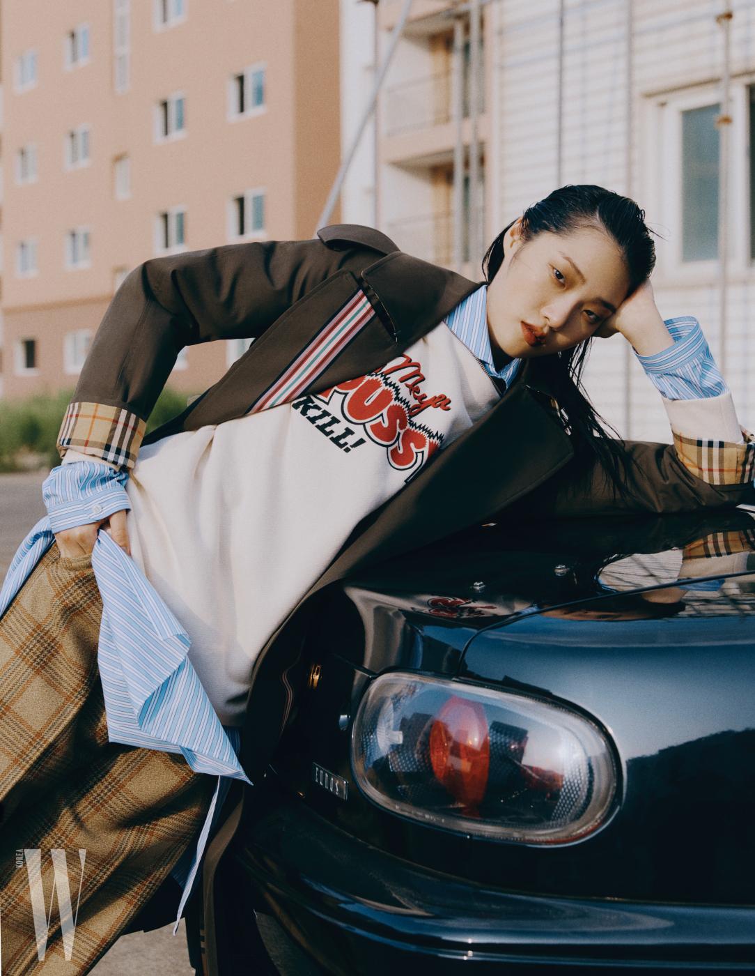 카키색 코트는 버버리 제품. 3백5만원. 줄무늬 셔츠, 로고 장식 스웨트셔츠, 체크무늬 팬츠는 구찌 제품. 모두 가격 미정.