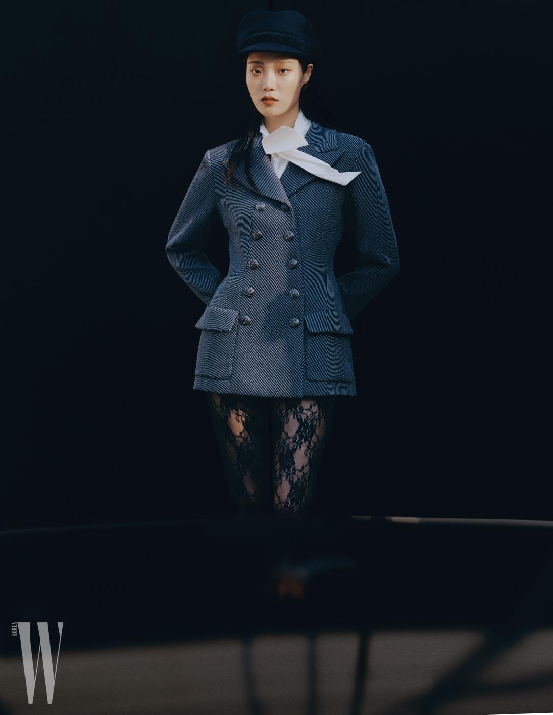 버튼 장식 재킷과 모자는 샤넬 제품. 가격 미정. 보 장식 블라우스는 이자벨 마랑 제품. 65만8천원. 타이츠는 구찌 제품. 가격 미정.