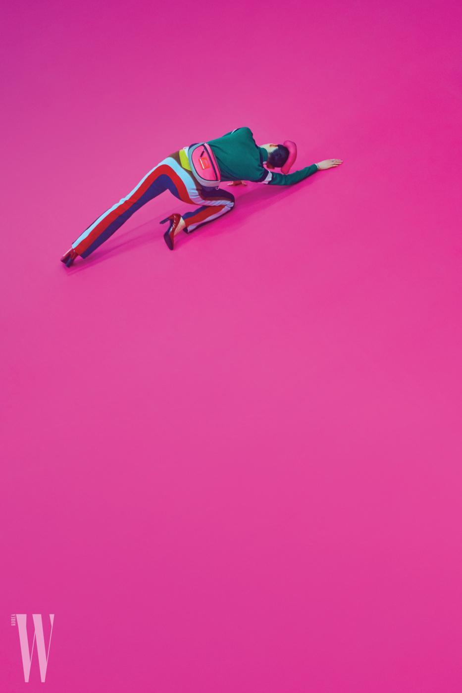초록색 니트는 구찌 제품. 가격 미정. 팬츠는 소니아 리키엘 제품. 2백18만원대. 네온 핑크색 힙색은 마크 제이콥스 제품. 가격 미정. 빨간색 페이턴트 슈즈는 보테가 베네타 제품. 80만원대.