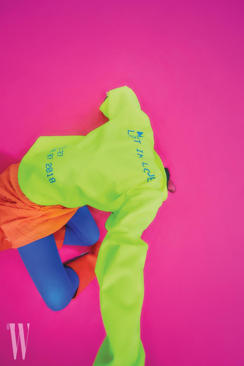 형광 노란색 스포티 재킷은 포츠 브이 제품. 가격 미정. 주황색 드레스는 CK 캘빈클라인 제품. 64만8천원. 빨강 부츠는 스튜어트 와이츠먼 제품. 가격 미정.