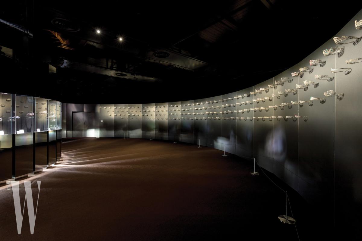 쇼메의 역사를 아로새긴 300여 종의 다채로운 디아뎀을 한눈에 살펴볼 수 있는 전시장.