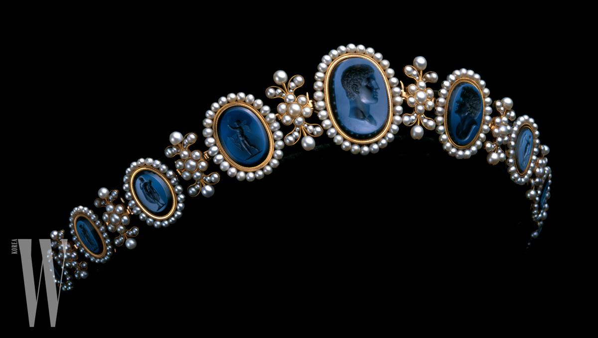 나폴레옹의 여동생이자 나폴리의 여왕, 카롤린 뮤라의 디아뎀. 골드에 진주를 장식했으며, 그리스 로마 신화 속 인물을 음각으로 조각한 마노가 특별하다. 1810년대.