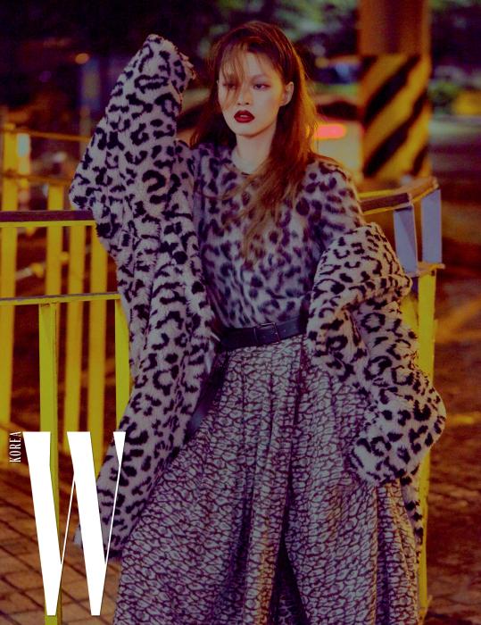 볼륨감 있는 레오퍼드 패턴 퍼 코트와 모헤어 니트, 프린지 장식 스커트, 가죽 벨트는 모두 Max Mara 제품.