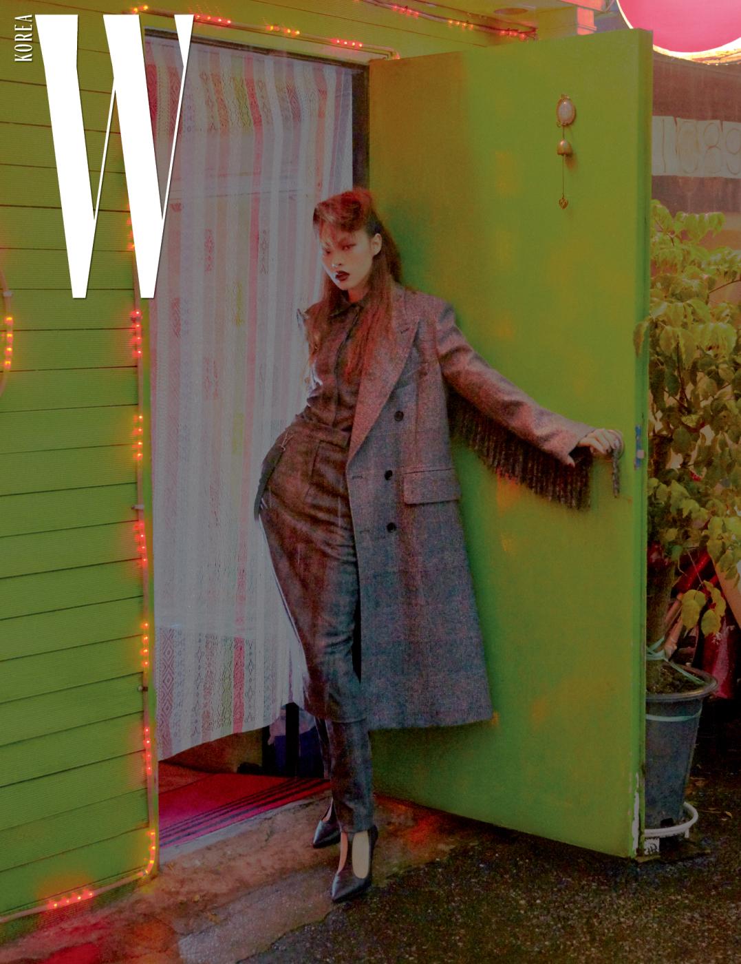 프린지 장식의 체크 패턴 코트와 셔츠, 팬츠, 앵클 스트랩 힐은 모두 Max Mara 제품 .