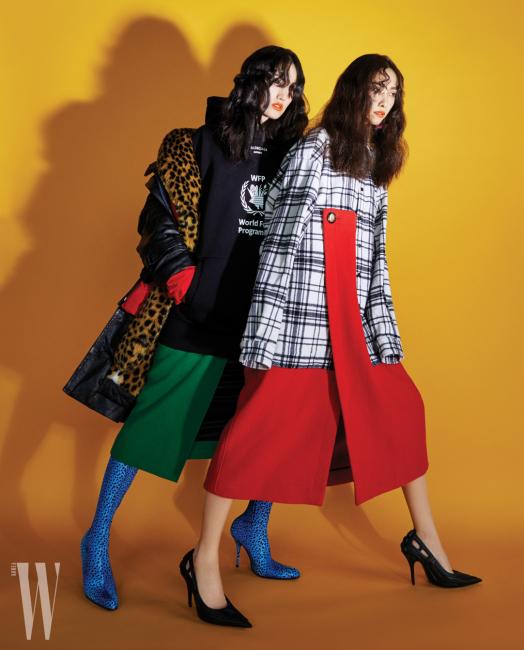 왼쪽 | 서로 다른 소재의 코트를 레이어드한 아우터, 후디 톱, 스커트, 레깅스 부츠는 모두 Balenciaga 제품. 오른쪽 | 레트로풍 체크 셔츠와 붉은색 스커트가 이어진 듯 보이는 원피스, 펌프스, 귀고리는 모두 Balenciaga 제품.