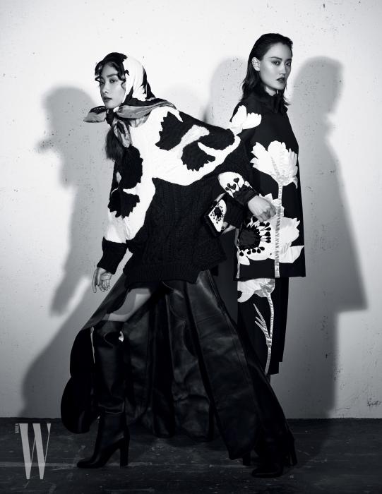 왼쪽 | 대담한 꽃무늬가 돋보이는 스웨터와 물결 커팅의 가죽 스커트, 부츠, 실크 스카프, 클러치는 모두 Valentino 제품. 오른쪽 | 튜닉, 팬츠, 부츠는 모두 Valentino 제품.