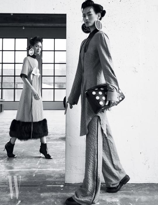 왼쪽 | 새틴 브라와 헴라인의 퍼 장식이 독창적인 드레스와 앵클부츠, 대담한 형태의 귀고리는 모두 Loewe 제품. 오른쪽 | 조형적인 가죽 칼라 장식 튜닉과 팬츠, 도트 무늬 퍼즐 백, 스티치 장식의 가죽 귀고리는 모두 Loewe 제품. 슈즈는 Tod's 제품.
