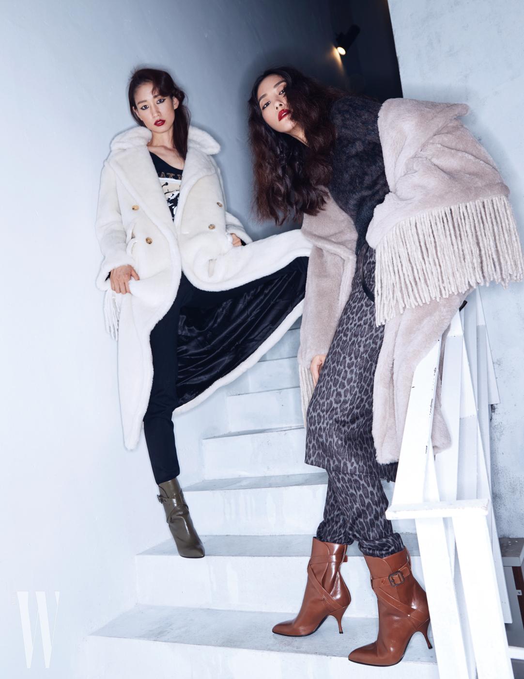 왼쪽 | 순백의 퍼 코트와 티셔츠, 팬츠는 모두 Max Mara 제품. 버클 장식 부츠는 Bottega Veneta 제품. 오른쪽 | 프린지 장식 숄 형태의 코트, 톱, 레오퍼드 패턴의 스커트와 이너로 연출한 팬츠는 모두 Max Mara 제품. 버클 장식 부츠는 Bottega Veneta 제품.