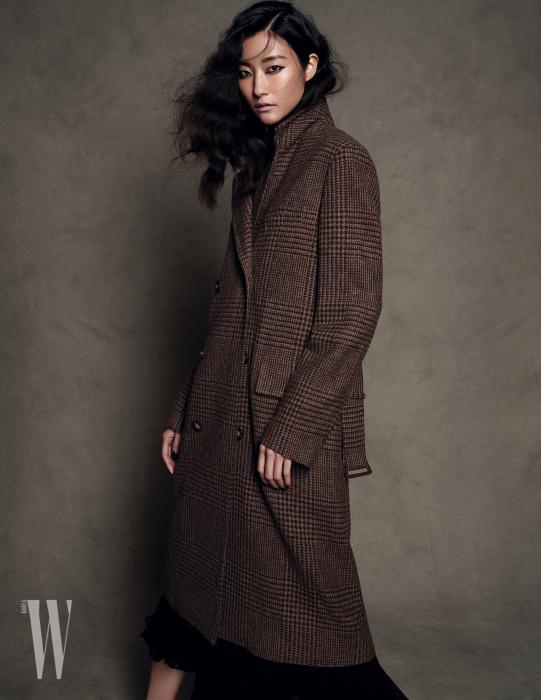 클래식한 테일러링의 더블브레스트 울 코트와 드레스는 Polo Ralph Lauren 제품.