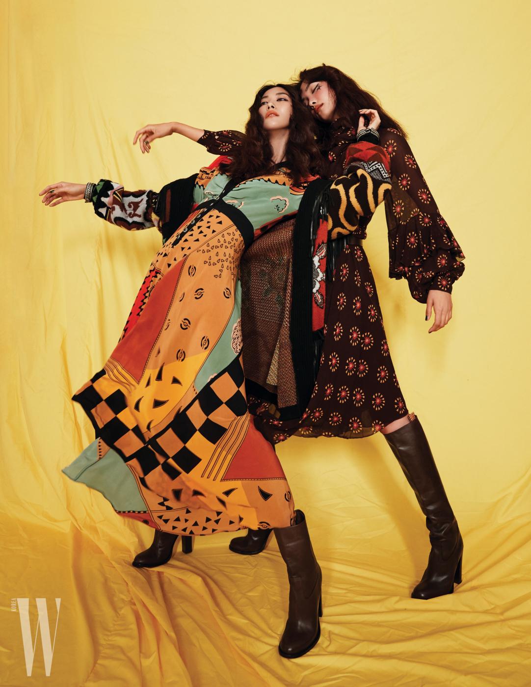 왼쪽 | 에스닉한 레트로풍 니트 카디건, 프린트 드레스와 부츠는 모두 Etro 제품. 오른쪽 | 프린트 드레스와 부츠는 Etro 제품.