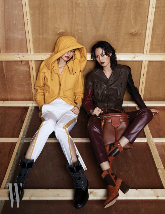 왼쪽 | 가죽 소재의 후디 레인 코트, 집업 장식 팬츠, 레이스업 부츠는 모두 Tod's 제품. 오른쪽 | 가죽 라이더 재킷과 팬츠, 태슬 장식의 토트백, 가죽 장식 스웨이드 부츠는 모두 Tod's 제품 .