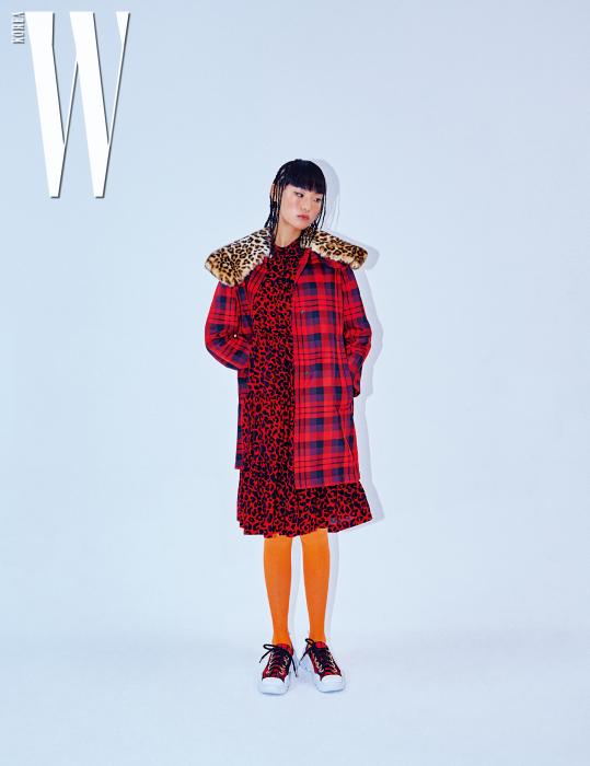 두 패턴의 믹스가 인상적인 아우터와 호피 무늬 드레스, 스니커즈는 모두N˚21 제품. 스타킹은 에디터 소장품.