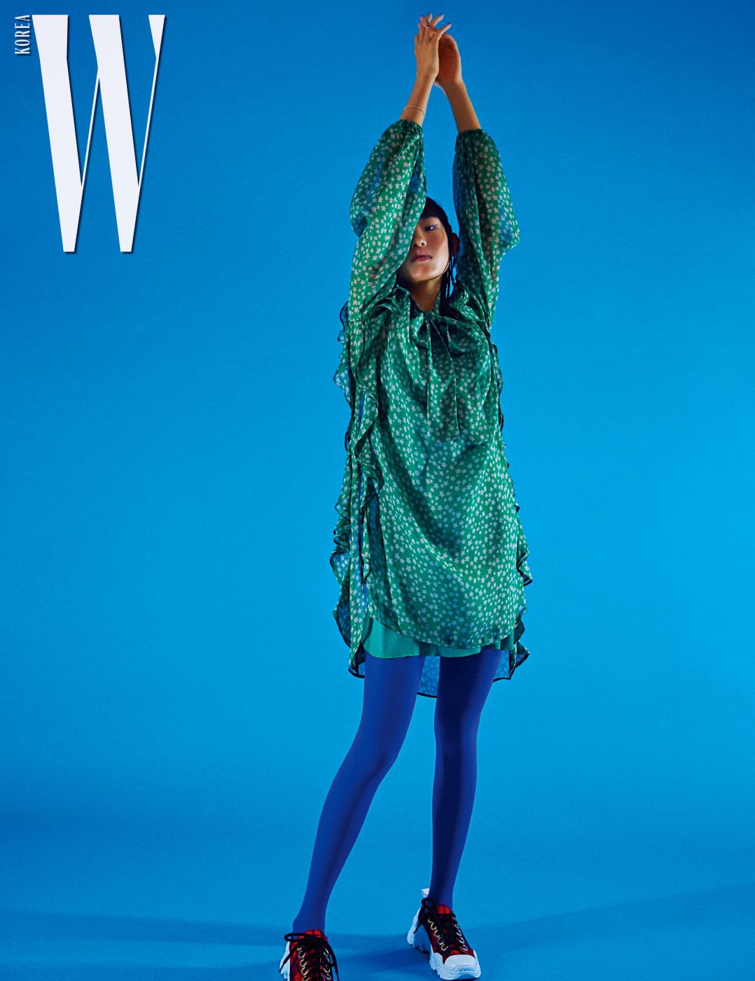 별무늬 드레스와 스니커즈는 N˚21 제품. 스타킹은 에디터 소장품.