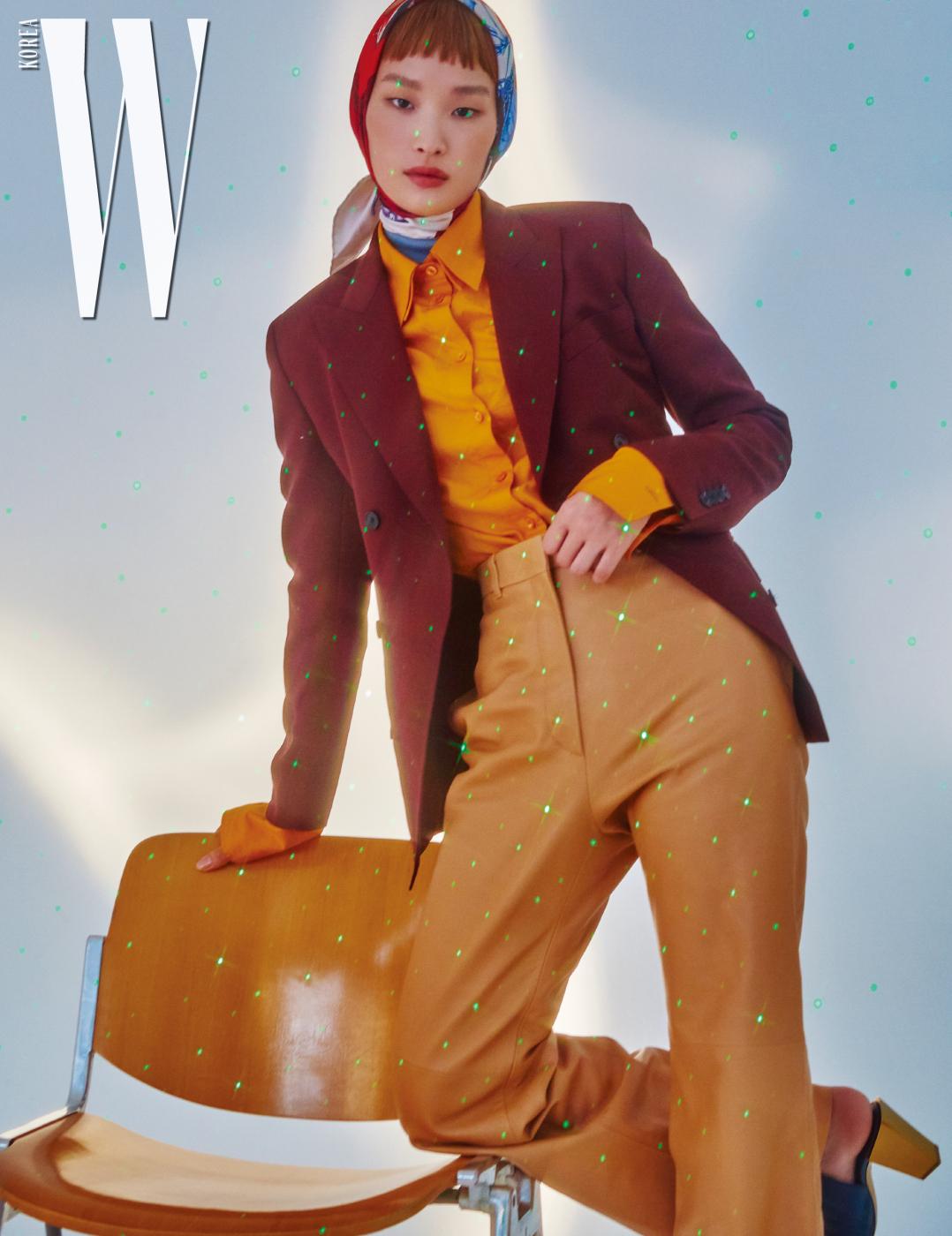 테일러드 재킷, 팬츠, 셔츠, 실크 스카프, 슈즈는 모두 Salvatore Ferragamo 제품.