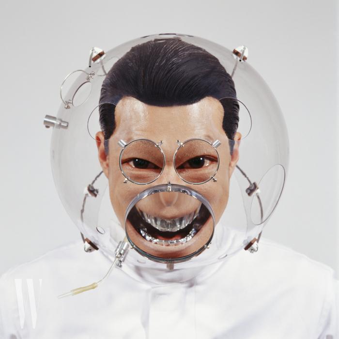 투명한 구체와 볼록렌즈, 작가의 얼굴 사진으로 시각적 확대와 변형을 꾀한 조각가 이형구의 'Altering Features With H-WR4'.