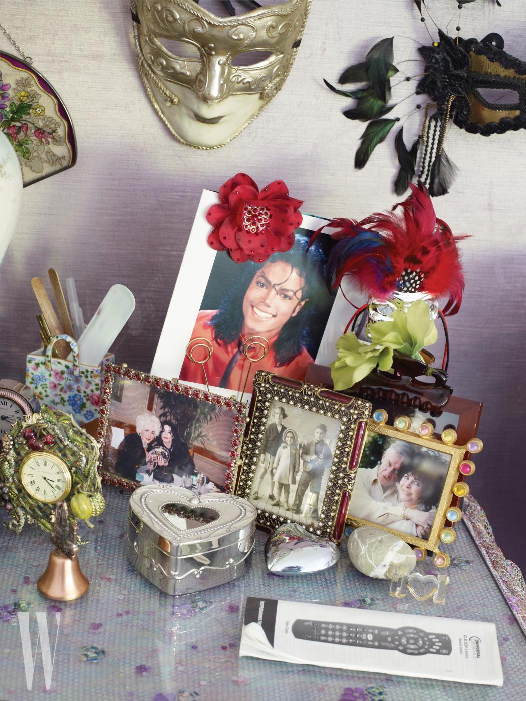 캐서린 오피의 작품 '700 Nimes Road, Bedside Table', 2010〜11. Copyright: Courtesy the artist and Regen Projects, Los Angeles ⓒ Catherine Opie