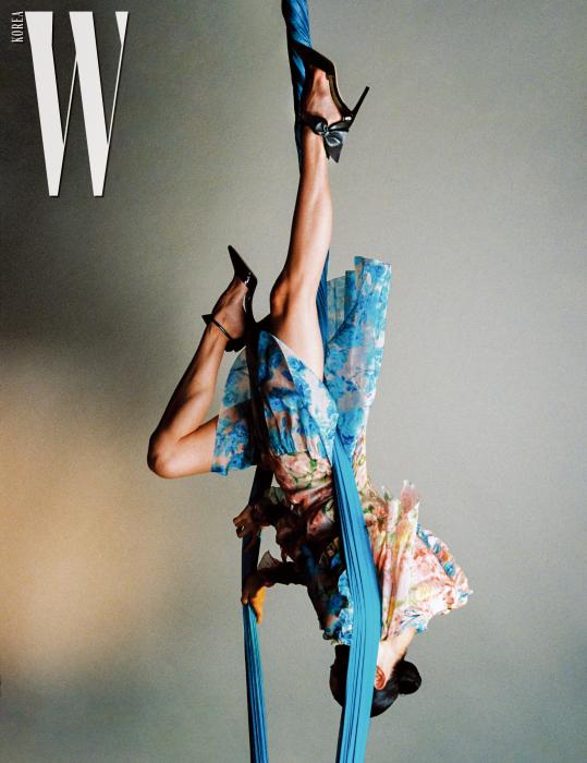 리본 장식 포인티드 힐은 Jimmy Choo, 꽃무늬 시폰 드레스는 Blumarine 제품.