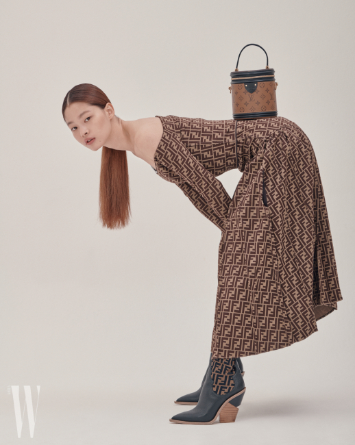 FF 로고 오프숄더 드레스, 가죽 부츠는 펜디, 뉴 세미리지드 백은 루이 비통 제품.